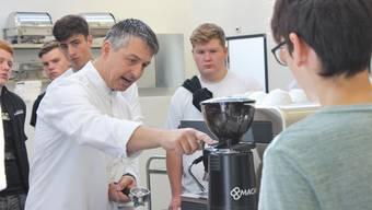 Der perfekte Espresso: Die Lernenden beobachten jede Handbewegung des Instruktors Daniel Brändli.
