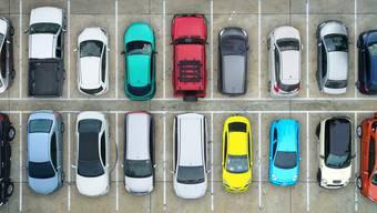 Die SVP verlangt, dass man auch in Schileren Parkiergebühren via App bezahlen kann (Symbolbild).