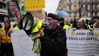 An den Kundgebungen in Paris beteiligten sich am Samstag auch Anhänger der Gelbwesten-Bewegung.