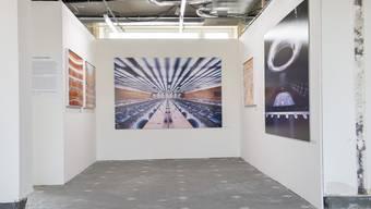 """Blick in die Ausstellungsraeume mit Bildern von Luca Zanier """"Corridors of Power"""" in der Photobastei 2014."""