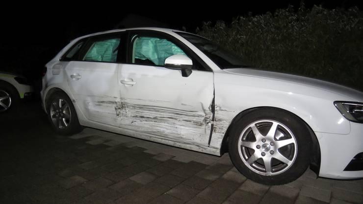 Beschädigtes Auto des alkoholisierten Fahrers, der gegen einen Gartenzaun fuhr.