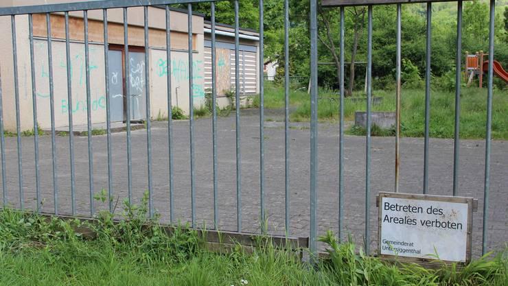 Seit 2011 ist das Betreten des Kindergartens und des dazugehörigen Spielplatzes verboten. Jérôme Jacky