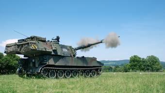 Eine Panzerhaubitze bei einer Schiessübung bei Frauenfeld.