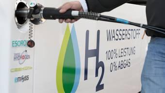 In der Schweiz gibt es erst zwei Wasserstofftankstellen. Das soll sich ändern, wenn es nach Forschern der ETH Lausanne geht. (KEYSTONE/Gaetan Bally)