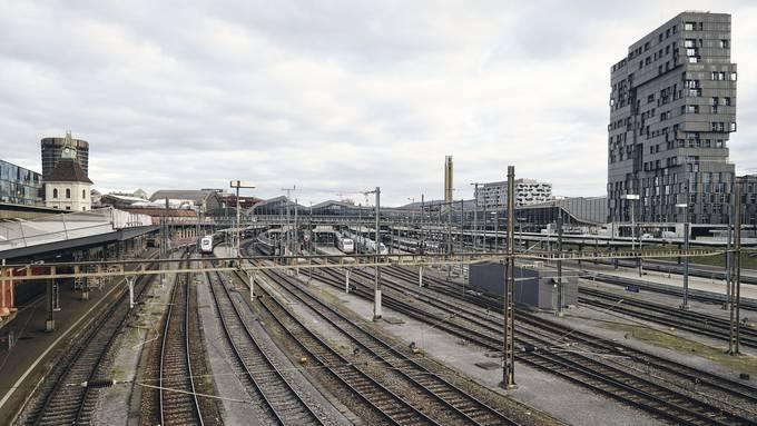Blick auf die Passerelle. Über dem Gleisfeld West entsteht für 2025 eine weitere, provisorische Querung.