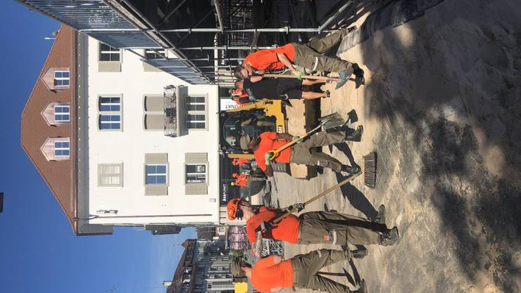 Zivilschützer helfen bei den Abbauarbeiten des Beachtour-Anlasses in der Kirchgasse.