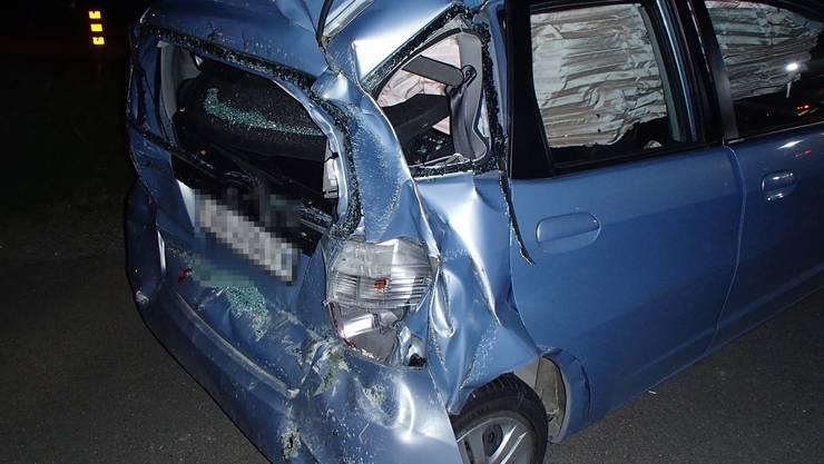 Auenstein: das Auto des Seniors erleidete Totalschaden. Er selbst wurde schwer verletzt im Krankenhaus überführt.