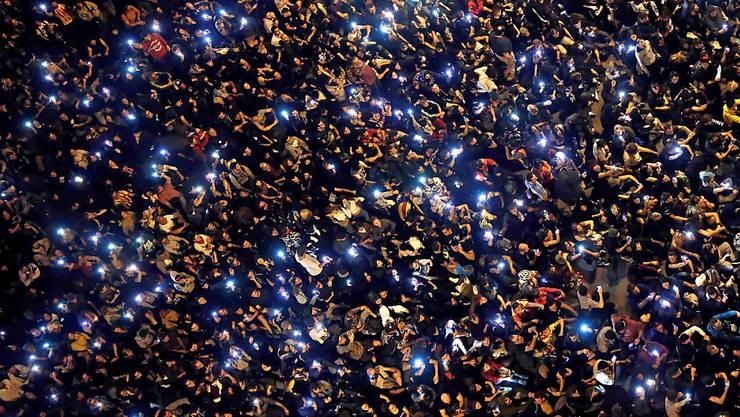 Grössere Ausschreitungen wie am Vortag blieben aus: In Barcelona demonstrieren am Samstagabend erneut gegen 6000 Personen gegen die Haftstrafen für neun Führer der Unabhängigkeitsbewegung.