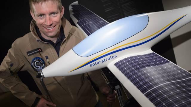 Raphael Domjan mit einem Modell seines Solarflugzeuges