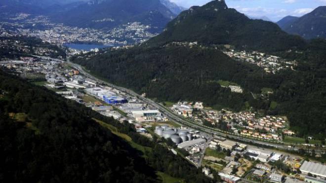 Verschandelt: Die zugepflasterte Ebene Pian Scairolo 2012 mit dem San Salvatore und der Bucht von Lugano. Foto: Ti-Press