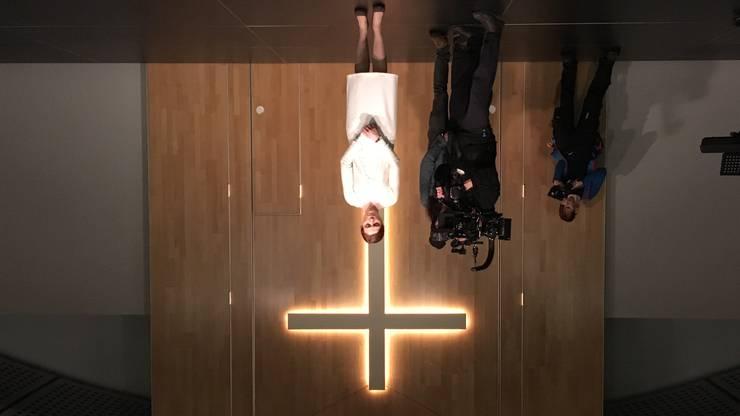 Andächtig: Hofmann und Filmcrew vor dem Kreuz.