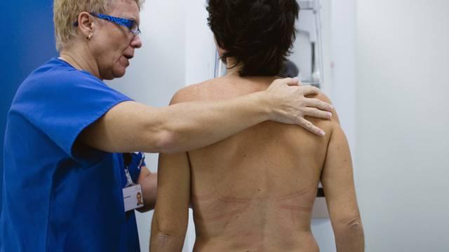 Eine Frau bei der Brustkrebs-Untersuchung.