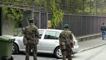 Auch im nächsten Jahr unterstützen Armeeangehörige die Kantone und Städte beim Schutz von Botschaften und Konsulaten. (Archivbild)