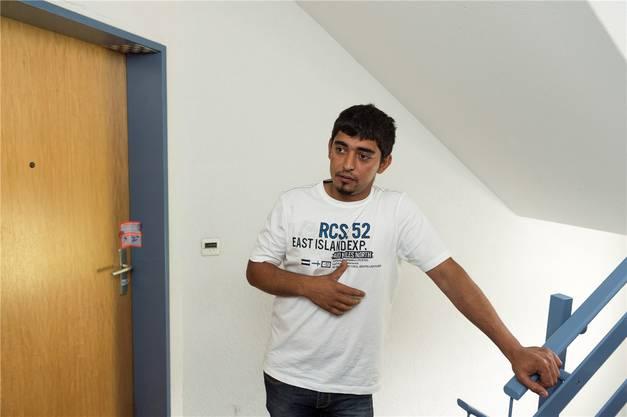 Zeri Dinic steht vor der amtlich versiegelten Tür der Wohnung von A. Er litt sehr unter seinem Nachbarn und ist froh, dass er weg ist.