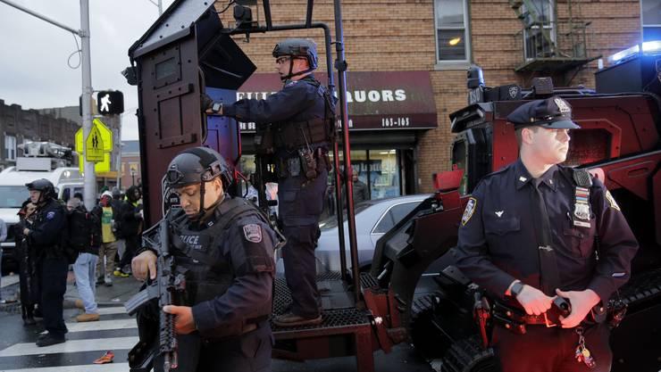 Bei einer stundenlang andauernden Schiesserei nahe der US-Metropole New York sind sechs Menschen ums Leben gekommen.
