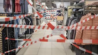 Ein Teil des VerkaufssortimentS im Non-Food Sektor im Migros Einkaufszentrum Laenderpark in Stans ist wegen der Corona-Pandemie abgesperrt und nicht fuer den Verkauf freigegeben.