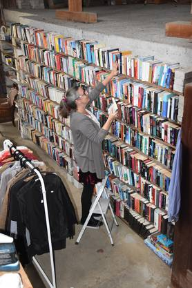 Über 1000 Bücher warten in der Fundgrueb darauf, entdeckt zu werden. Das Regal hat Martina Burger mit ihrem Mann Mekky selber gebaut.