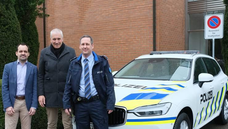 Von links: Michael Weber, Leiter der Sicherheits- und Gesundheitsabteilung, Sicherheitsvorstand Heinz Illi (EVP) und Polizeichef Marco Bisa mit dem neuen Fahrzeug (Dietikon, 10. März 2020).