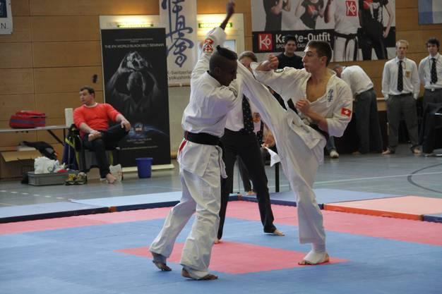 Wohler Karateka Raoul Keusch (l.) auf dem Weg zu seinem Vizeschweizermeistertitel bei den Junioren im Kyokushin-Vollkontaktkarate