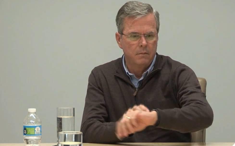Hallo? Jeb Bush findet vor laufender Kamera heraus, dass man mit der Apple Watch telefonieren kann