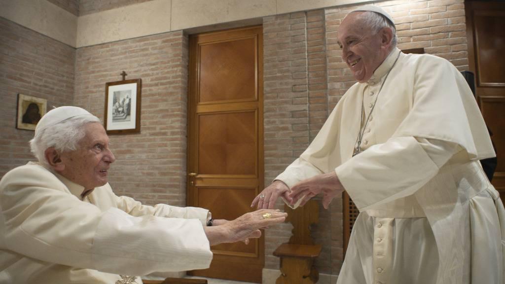 Papst Franziskus trifft den emeritierten Papst Benedikt XVI. Foto: Divisione Produzione Fotografica/Vatican Media/AP/dpa