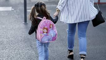 Nach der obligatorischen Einschulung des jüngsten Kindes soll auch der betreuende Elternteil wieder eine Erwerbsarbeit aufnehmen. (Symbolbild)
