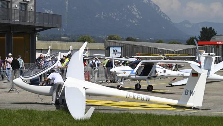 Vorne ein elektro-unterstütztes Segelflugzeug, dahinter die Pipistrel Velis, das erste, zertifizierte E-Flugzeug, das künftig in Flugschulen für die Ausbildung verwendet wird.