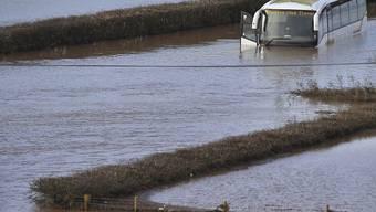 """Auch nach dem Abziehen von Sturm """"Dennis"""" gibt es bei den Überschwemmungen in Grossbritannien noch keine Entwarnung. Auf dem Bild ein vom Wasser des Flusses Teme bei Lindridge überfluteter Bus."""