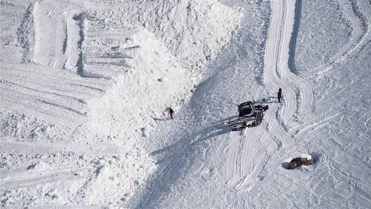 Der Schnee türmt sich auch nach den Sucharbeiten. Zum Glück gibt es keine Hinweise mehr, dass da noch jemand darunterliegt.