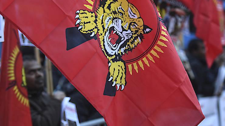 Das Bundesstrafgericht fällt sein Urteil gegen 13 mutmassliche Unterstützer der Tamil Tigers. Die Bundesanwaltschaft fordert Freiheitsstrafen zwischen 18 Monaten bedingt und sechseinhalb Jahren. Zum Prozessauftakt demonstrierten Sympathisanten der Tamil Tigers in Bellinzona. (Archivbild)