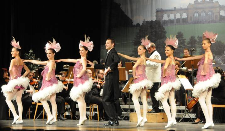 """Zauber der Operette. Der Buffo David Hojak und die kleinen Mädchen im Trikot aus """"die Zirkusprinzessin"""""""