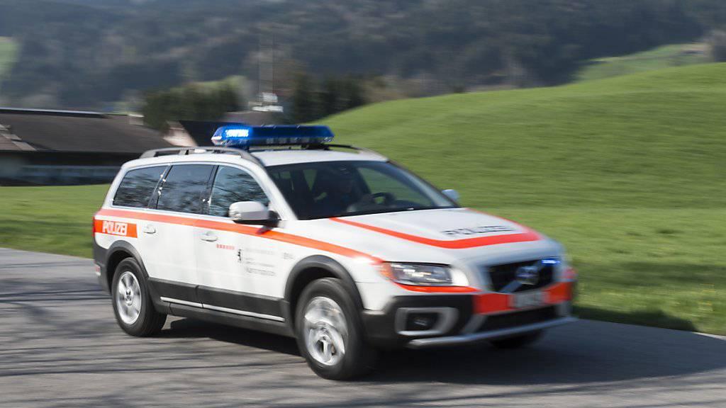 Die Polizei musste ausrücken, nachdem bei Baumfällarbeiten in Appenzell ein Ast auf einen Velofahrer gestürzt und diesen erheblich verletzt hatte. (KEYSTONE/Gian Ehrenzeller)