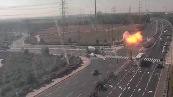 Einschlag einer mutmasslich aus dem Gazastreifen abgefeuerten Rakete bei einer Strasse in der israelischen Stadt Ashdod.