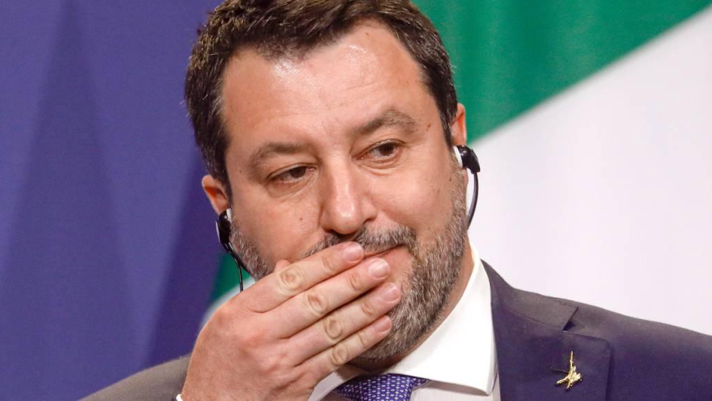 ARCHIV - Der frühere italienische Innenminister Matteo Salvini nimmt an einer Pressekonferenz teil. Der Prozess Salvini wegen der Blockade eines Seenotretterschiffes ist eröffnet und wie erwartet direkt auf den 23. Oktober vertagt worden. Foto: Laszlo Balogh/AP/dpa