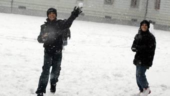Schneeballwerfende Kinder in Zofingen (Archiv)