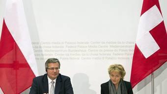 Polens Präsident Bronislaw Komorowski und Bundespräsidentin Eveline Widmer-Schlumpf vor den Medien