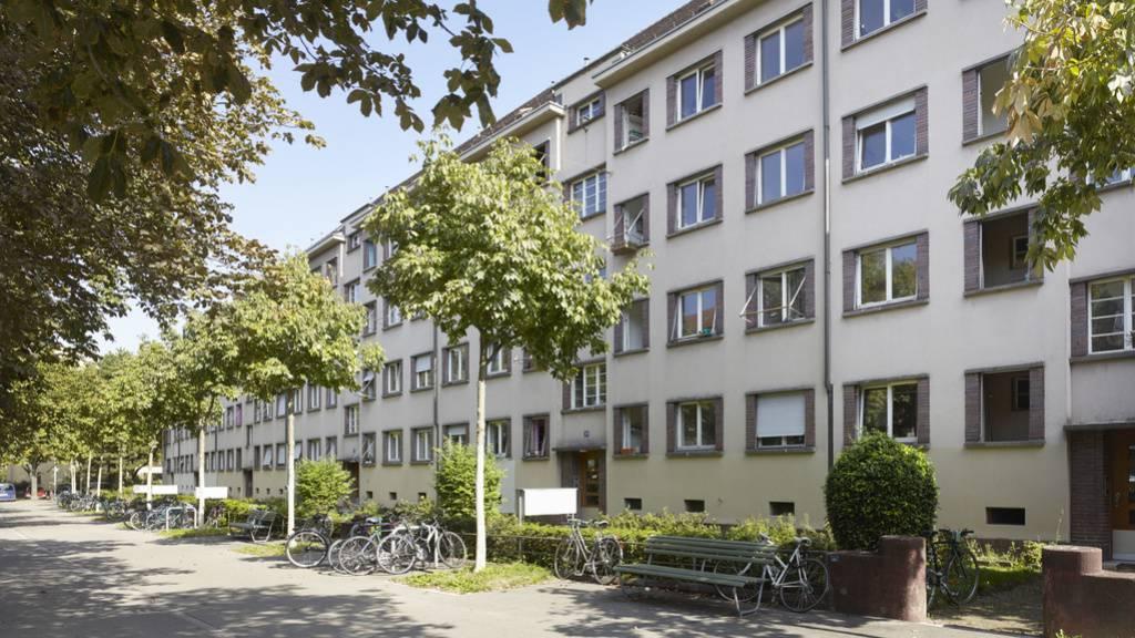 Drei von vier Einwohnern der Schweiz leben in Städten. Je grösser die Stadt, desto seltener sind Einfamilienhäuser und umso höher sind oft die Mieten. Zürich mit einem Anteil von fast einem Viertel an gemeinnützigen Wohnungen - hier die Siedlung «Seebahn» - gibt Gegensteuer. (Archivbild)