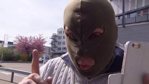 Lastwagen-Vermieter R. S. kam mit Sturmmaske aus der Wohnung zum «Kassensturz»-Reporter zurück