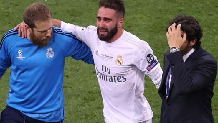 Real Madrids Dani Carvajal muss in der zweiten Halbzeit des Champions-League-Finals gegen Atletico das Spielfeld wegen einer Oberschenkelverletzung verlassen