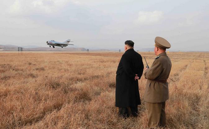 Aus sicherer Entfernung beobachtet Kim Jong Un einen seiner Kampfjets.