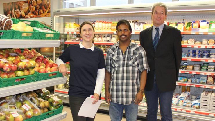 Denner-Vertreterin Yvonne Carrel, Ladenbetreiber Maylvaganam Sritharmaharajah und Liegenschaftsbesitzer Beat Leimer (von links) an der Eröffnung des neuen Denner-Satelliten.