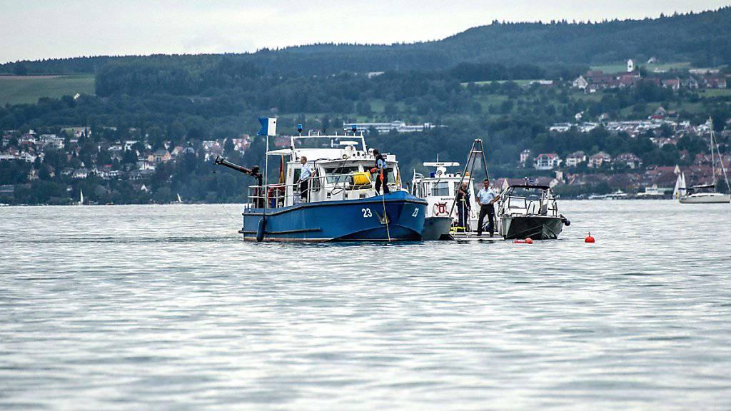 Boote von Einsatzkräften vor der Absturzstelle des Kleinflugzeugs im Bodensee in der Nähe von Litzelstetten
