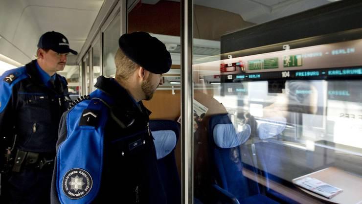 Mitarbeiter der Grenzwache bei der Kontrolle eines Zugs. (Symbolbild)