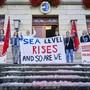 Die Juso demonstriert vor dem Aarauer Grossratsgebäude