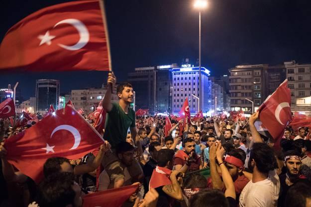 Die Putschisten hatten keinen Erfolg: Nach Ende des Putsches kam es im ganzen Land zu Jubelfeiern.