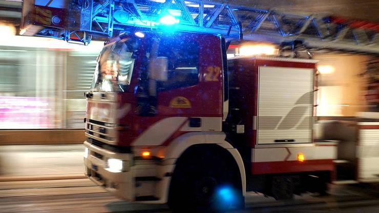 Die Feuerwehr kann den Brand rasch löschen. (Symbolbild)