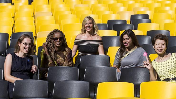 Regisseurin Barbara Miller (Mitte) mit vier ihrer Protagonistinnen am Filmfestival in Locarno 2018. (KEYSTONE/ALEXANDRA WEY)