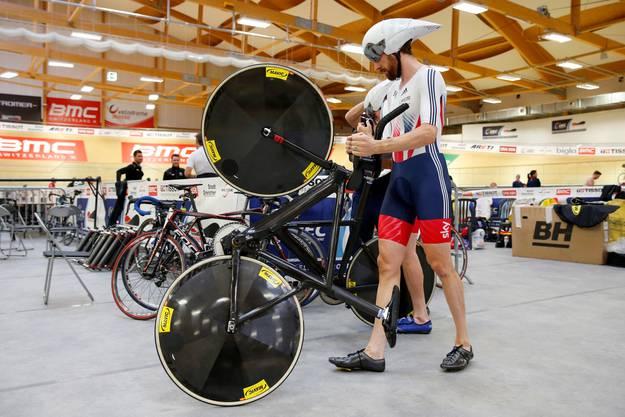 Der Brite Bradley Wiggins schiebt sein Rad zur Bahn