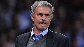 Chelsea-Trainer Jose Mourinho mit kritischem Blick.