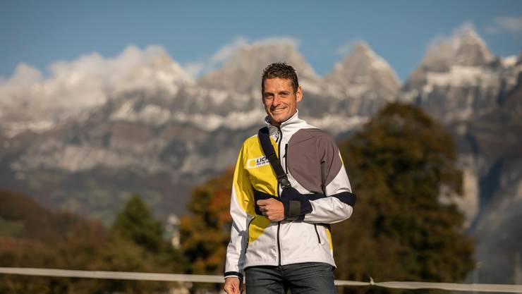 Marathon-Läufer Maarten Hendriks vor seinem Bed-and-Breakfast in Flums, im Hintergrund die Churfirsten.